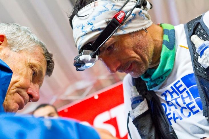 Sébastien Chaigneau, ravitaillé par son père sur l'UTMB 2012.