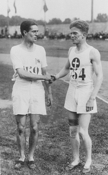 Douglas Lowe, vainqueur, félicité par Paul Martin à l'arrivée du 800 m aux JO de Paris en 1924. (© IOC Olympic Museum Switzerland)
