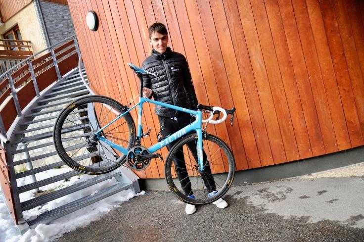 Romain Bardet et le nouveau vélo de l'équipe AG2R La Mondiale : portrait de deux machines de guerre ! © Photo : Yves Perret Médias